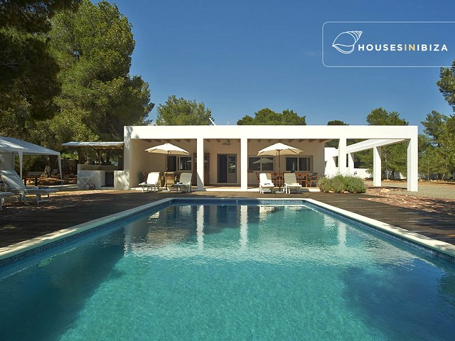 Private villa within walking distance of Cala Jondal beach!