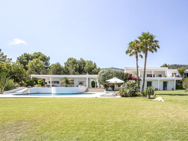 Luxury 6 bedroom villa to rent on the south coast of Ibiza